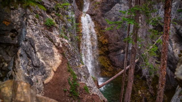 カナダのシルバートンフォールズバンフ国立公園 - クレーンショット - アルバータ州点の映像素材/bロール