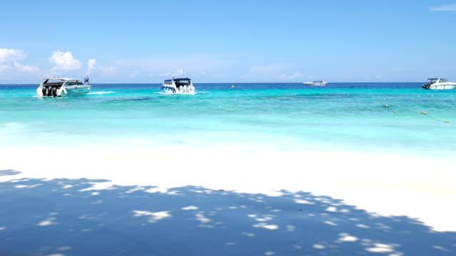 vídeos de stock, filmes e b-roll de praia de areia branca de similan em lindo dia, ilha similan, tailândia - vista do mar