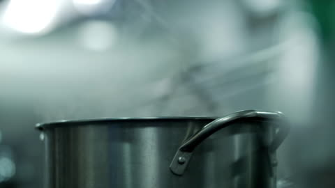 vídeos y material grabado en eventos de stock de simmering agua - hervir