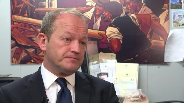 vídeos de stock e filmes b-roll de simon danczuk interview and gvs; simon danczuk mp interview sot - cargo governamental