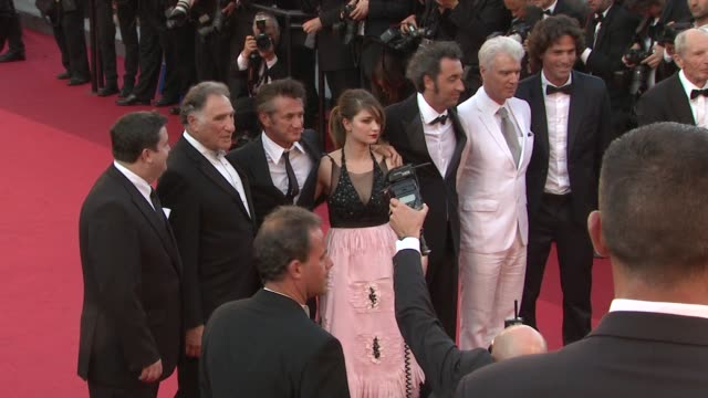 simon delaney judd hirsch sean penn eve hewson paolo sorrentino david byrne and liron levo at the 'this must be the place' premiere during the 64th... - cannes video stock e b–roll