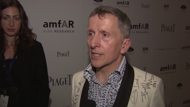 stockvideo's en b-roll-footage met simon doonan on why he is here tonight, on cyndi lauper, on amfar and aids and safe sex. on honorees, and the male fashion show at the 2010 amfar new... - cyndi lauper