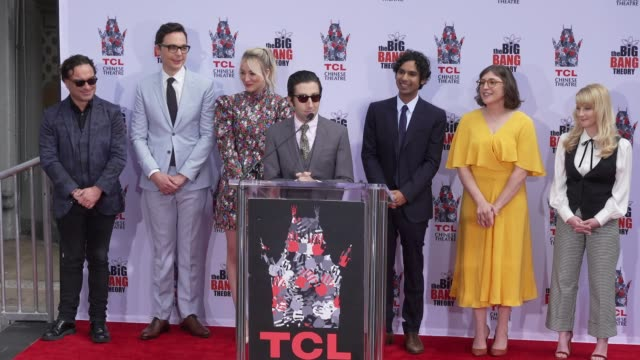 stockvideo's en b-roll-footage met speech simon helberg at the cast of the big bang theory honored with hand and footprint ceremony at tcl chinese theatre on may 01 2019 in hollywood... - ensemble lid