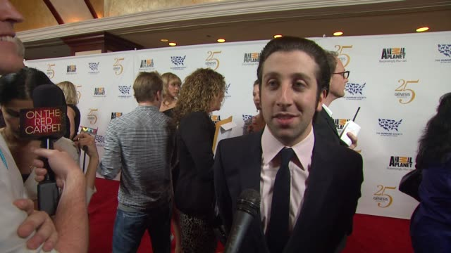 simon helberg on the event presenting pet preps for a disaster at the the 25th anniversary genesis awards presented by the humane society of the... - simon helberg stock videos and b-roll footage