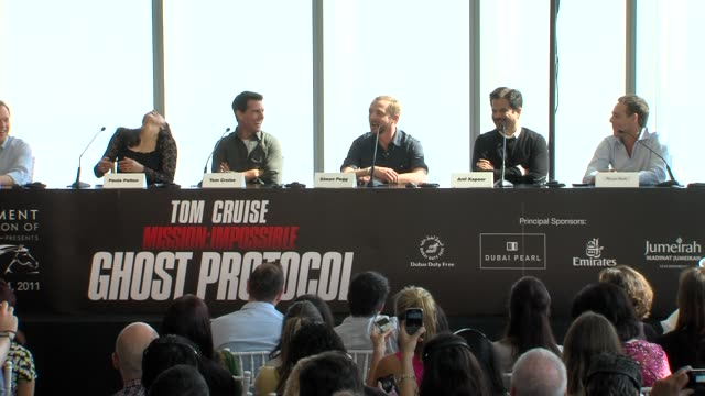 simon pegg on what he did in dubai shopping tom cruise and more at the mission impossible ghost protocol press conference 8th dubai international... - tom cruise bildbanksvideor och videomaterial från bakom kulisserna