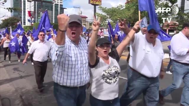 Simpatizantes del oficialismo y la oposicion de Honduras salieron a manifestarse el jueves en la capital en medio de una fuerte tension politica por...