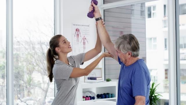 vídeos de stock e filmes b-roll de simple exercises can improve your strength - fisioterapeuta