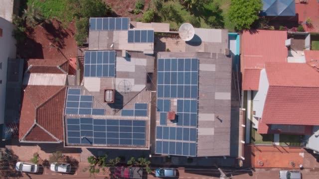 vídeos de stock, filmes e b-roll de painel solar doméstico simples - energia solar