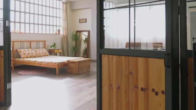 vídeos y material grabado en eventos de stock de sencillo moderno apartamento dormitorio con luz natural - decoración objeto