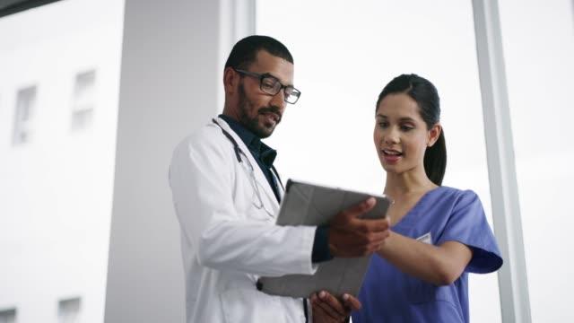vereinfachung der medizinischen forschung mit smart tech - tablet benutzen stock-videos und b-roll-filmmaterial