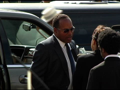 simpson at the funeral of johnnie l cochran, jr arrivals at west angeles cathedral in los angeles, california on april 6, 2005. - o・j・シンプソン点の映像素材/bロール