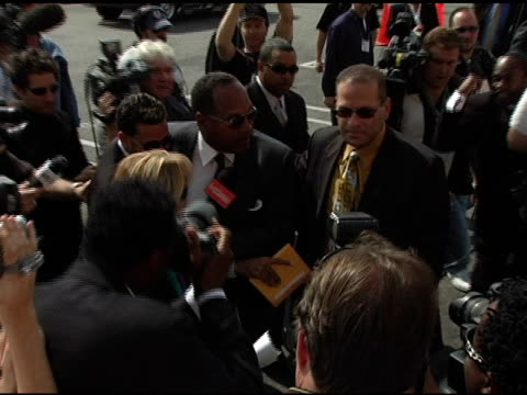 vídeos de stock e filmes b-roll de simpson at the funeral of johnnie l cochran, jr arrivals at west angeles cathedral in los angeles, california on april 6, 2005. - cathedral