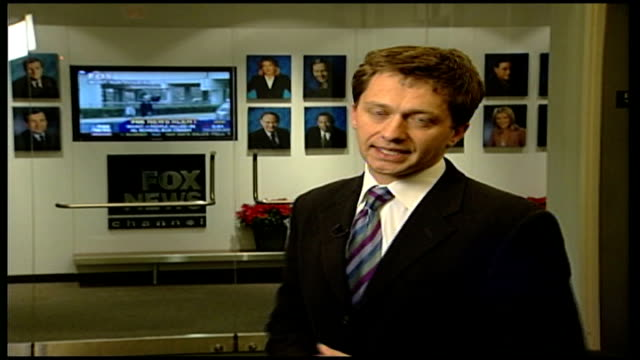 simpson book cancelled; reporter to camera outside fox news offices - o・j・シンプソン点の映像素材/bロール