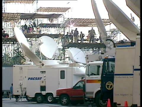 simpson trial begins:; a)nat usa: california: los angeles: media crews lining up for coverage of oj simpson trial ditto tv news vans parked tv... - o・j・シンプソン点の映像素材/bロール