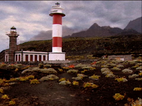 vídeos y material grabado en eventos de stock de simulated landslide causes lighthouse and surrounding area to shake as thousands of tons of rock plunge into the sea causing huge wave la palma - destrucción