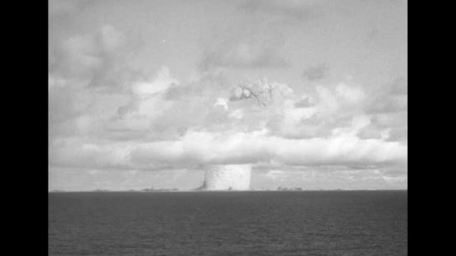 vidéos et rushes de simulation of atomic bomb explosion viewed across water / note exact day not known - bombe atomique