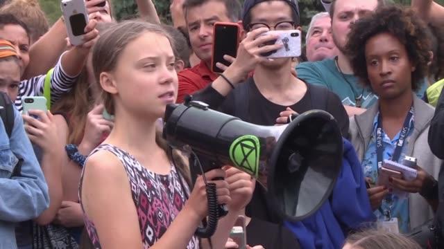 sin hacer alusion alguna a donald trump la joven militante ecologista sueca greta thunberg participo el viernes en una pequena manifestacion de... - climate research stock videos & royalty-free footage