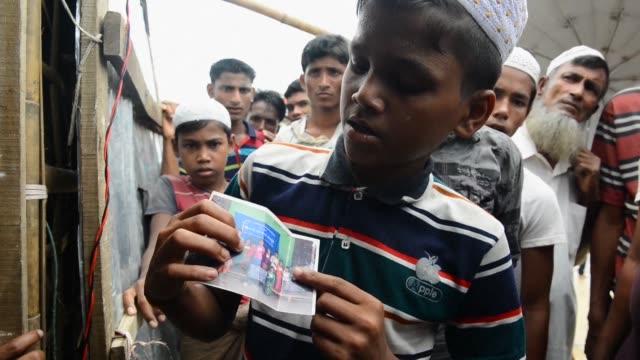 vídeos y material grabado en eventos de stock de sin mucho tiempo para pensar en que llevar con ellos los rohinyas huyeron hace un ano hacia banglades ante la ofensiva del ejercito birmano casi... - llevar