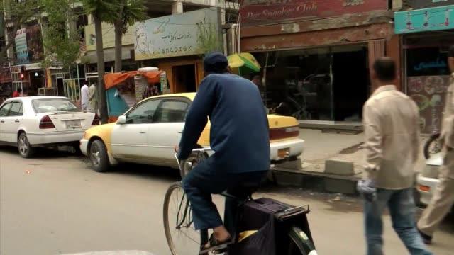 sin nombres de calles ni numeros de casas kabul se convierte en un laberinto diario para los carteros que tienen que entregar el correo voiced el... - diario stock videos and b-roll footage
