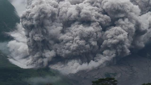 vídeos y material grabado en eventos de stock de sinabung eruption in north sumatra - monte sinabung