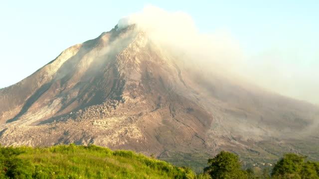 vídeos y material grabado en eventos de stock de sinabung volcano in sumatra indonesia releases gas and steam between eruptions on 19th june 2015 - monte sinabung