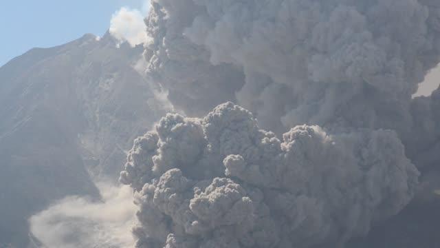 vídeos y material grabado en eventos de stock de sinabung volcano spews ash clouds to the air during an eruption in karo sumatra islands indonesia on july 1 2015 molten lava spews out of mount... - monte sinabung
