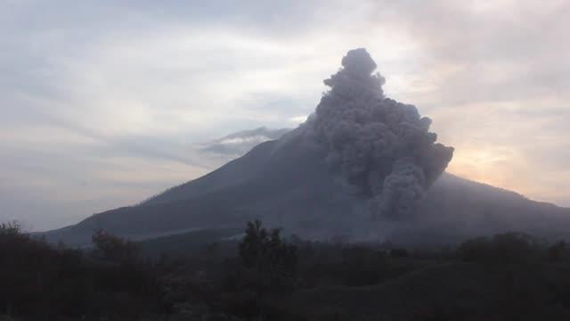vídeos y material grabado en eventos de stock de sinabung volcano spews ash clouds to the air during eruption in karo sumatra islands indonesia on june 29 2015 molten lava spews out of mount... - monte sinabung