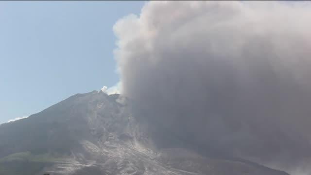 vídeos y material grabado en eventos de stock de sinabung volcano spews ash clouds to the air during eruption in karo sumatra islands indonesia on june 30 2015 molten lava spews out of mount... - monte sinabung
