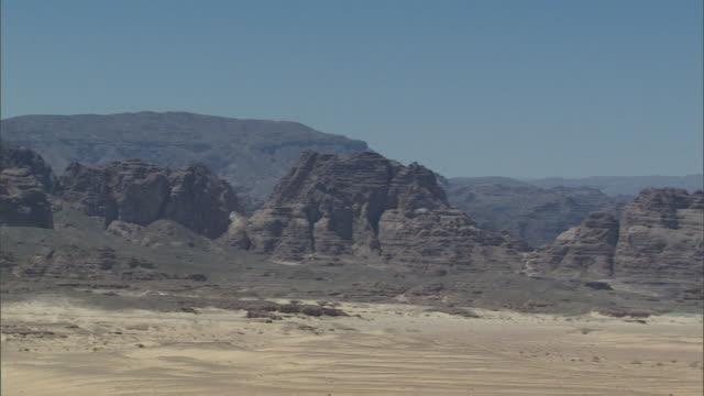 ws pan  sinai desert with dark rugged mountains / sinai, egypt - sinai egitto video stock e b–roll