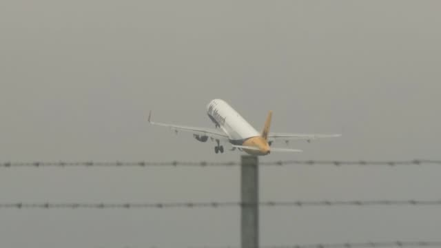russia suspends flights as bomb suspicions grow england bedfordhsire luton airpot ext monarch airlines aircraft taking off easyjet aircraft along... - kogalymavia flug 9268 stock-videos und b-roll-filmmaterial