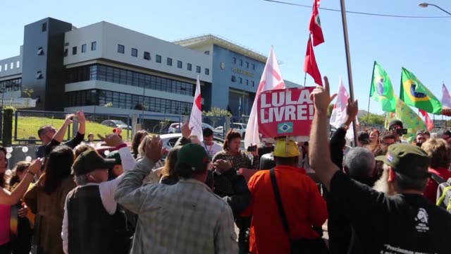 since former brazilian president lula has been jailed for corruption around a hundred of his supporters have set up camp under the windows of his... - südbrasilien stock-videos und b-roll-filmmaterial