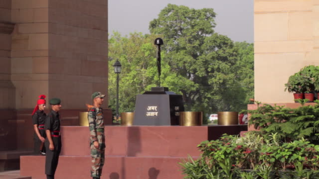 since the installation of the amar jawan jyoti in 1972 it has served as india's tomb of the unknown soldier amar jawan jyoti is manned round the... - army soldier stock videos & royalty-free footage