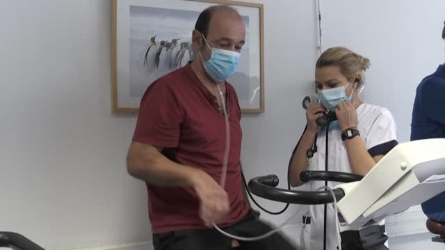 since the spring, a cardio-respiratory rehabilitation centre in dieulefit , france helps patients whose lungs have been permanently damaged by... - apparato respiratorio video stock e b–roll