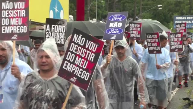 vídeos de stock, filmes e b-roll de sindicalistas y empleados de ford protestaron el martes en sao bernardo do campo por la decision del gigante automotriz de cerrar su mas antigua... - desemprego