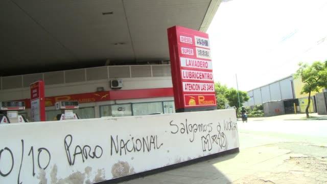 sindicatos de argentina realizaron una huelga general este jueves para reclamar al gobierno de cristina kirchner acciones contra la inflacion y la... - sindicatos stock videos & royalty-free footage