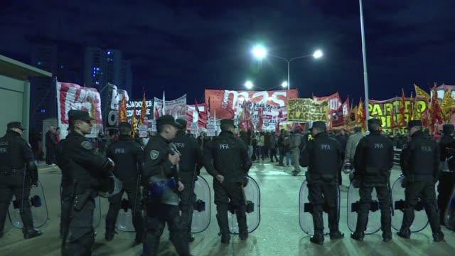 sindicatos opositores argentinos realizan este martes un paro de transportes por reclamos salariales en una huelga calificada de politica por el... - sindicatos stock videos & royalty-free footage