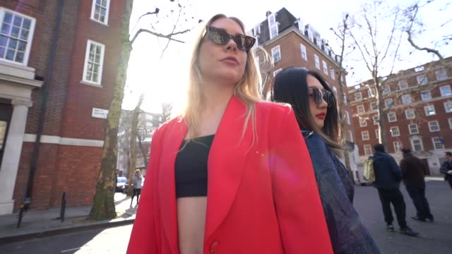 stockvideo's en b-roll-footage met slomo sindy smith flora li at london fashion week february 2019 street style on february 15 2019 in london united kingdom - week