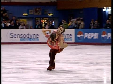 vídeos de stock, filmes e b-roll de sinead kerr and jamie ferguson perform free programme british figure skating championships belfast nov 99 - patinação artística