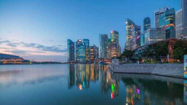シンガポール、シンガポールの中央ビジネス スカイライン シンガポールの日の出シーンに 4 k タイムラプス ムービー ナイト - ウォーターフロント点の映像素材/bロール