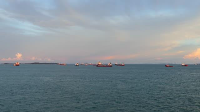 vídeos de stock, filmes e b-roll de estação de ancoragem de cingapura - ângulo agudo