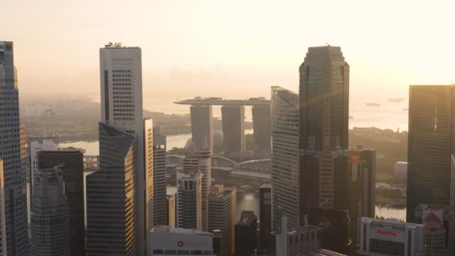 vidéos et rushes de singapore cbd and marina bay aerial sunrise - singapour