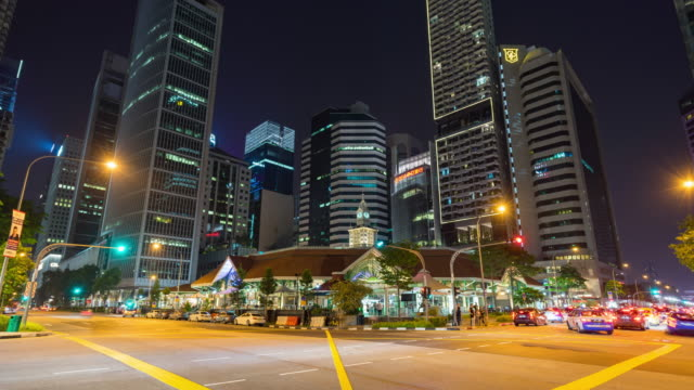 vidéos et rushes de trafic de nuit de singapour avec moderne bâtiment, time lapse video - véhicule utilitaire léger
