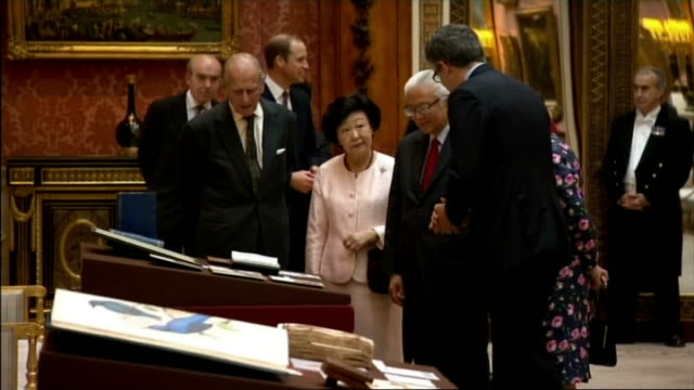 vídeos y material grabado en eventos de stock de singapore president state visit to britain: day 1: viewing of royal collection; england: london: buckingham palace: int gvs of photographs, books and... - visita de estado