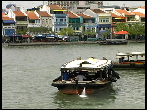 singapore river and boat quay with tourist boats - junk ship stock videos & royalty-free footage