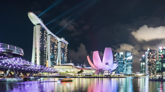 vidéos et rushes de t/l singapore skyline and marina bay sands hotel during lightshow - bay of water