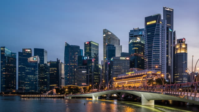 stockvideo's en b-roll-footage met t/l ws pan singapore skyline day to night transition / singapore - financieel district