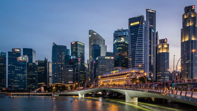 t/l ws zo singapore skyline day to night transition / singapore - republik singapur stock-videos und b-roll-filmmaterial