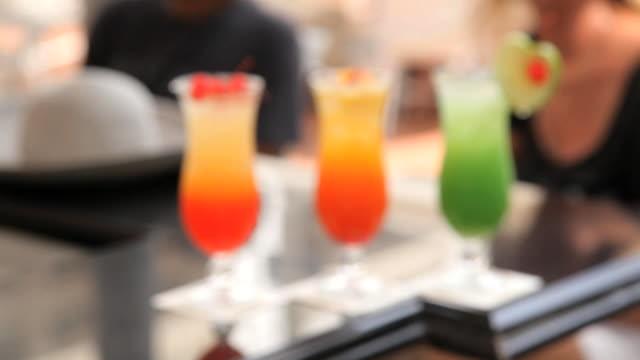 vidéos et rushes de singapore sling cocktails on the long bar, raffles hotel, singapore, south east asia - fondu d'ouverture