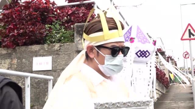 vídeos y material grabado en eventos de stock de singer aaron kwok attends the funeral of his mother on march 5, 2020 in hong kong, china. - persona de luto