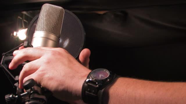 cantante regolare microfono - microfono video stock e b–roll